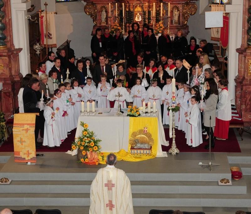 Paten, Kommunionkinder und Maranatha singen das Glaubensbekenntnis.